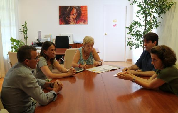 Santiago informa a la Ampeb de la incorporación de nuevos beneficiarios de Renta Social en 2018