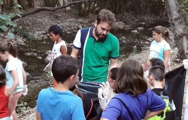 Medio centenar de niños de Bedmar participa en la limpieza del paraje del río Cuadros