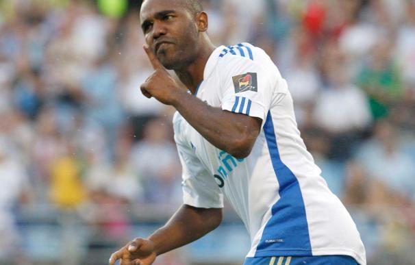 El delantero del Zaragoza Sinama Pongolle se entrenó con normalidad tras superar una rotura