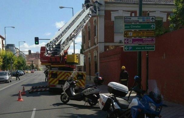 La caída de cascotes desde un edificio de Adif en Valladolid obliga a cortar el sentido de un carril
