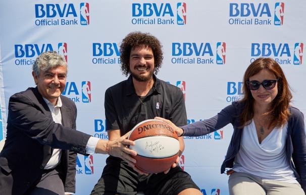 BBVA y la NBA inauguran la nueva cancha de la playa de La Zurriola, en San Sebastián