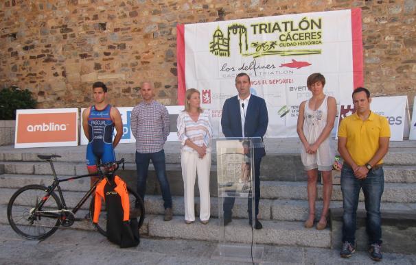 Unos 200 deportistas participan en el IV Triatlón de Cáceres que aúna deporte y patrimonio histórico