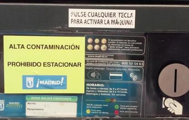 Los parquímetros amanecen con pegatinas donde se alerta con un 'No estacionar. Alta contaminación'