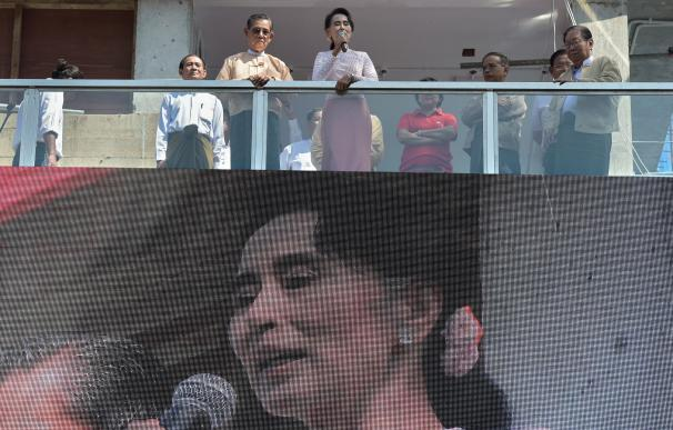Myanmar opposition leader Aung San Suu Kyi (centre