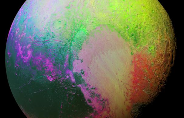 Imagen de Plutón con los colores saturados captada por la cámara Ralph/MVIC de la sonda New Horizons. (NASA)