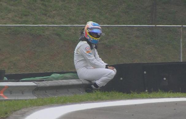 Alonso se retira en los segundos libres con su MP4-30 ardiendo / EP.