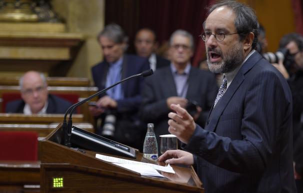 Leader of CUP political party Antonio Banos gestur