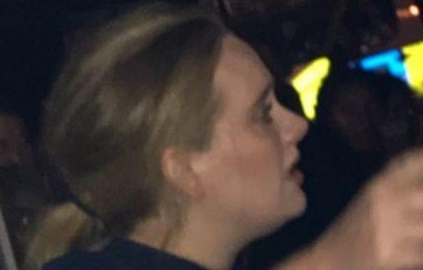 Adele visita emocionada la torre incendiada de Londres y consuela a las víctimas