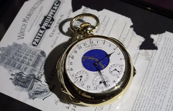 Un empleado de la casa de subastas Sotheby's muestra el reloj Henry Graves Supercomplication, de Patek Philippe