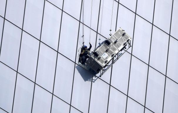 Rescatan a 2 limpiacristales que se quedaron colgados en el piso 69 del nuevo WTC