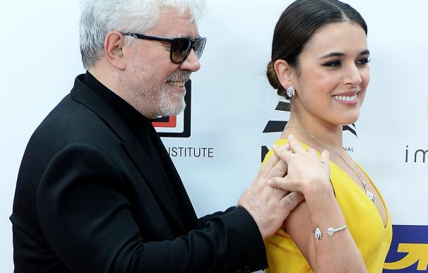 Pedro Almodóvar con Adriana Ugarte en los Premios del Cine Europeo