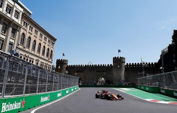 Red Bull empieza mandando en Bakú con Alonso y Sainz lejos de la cabeza
