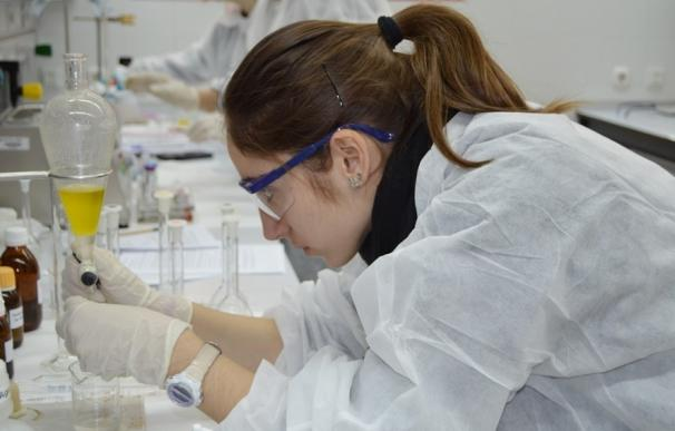 """Investigadores piden para 2017 """"frenar la sangría"""" de científicos españoles al extranjero y aumentar la inversión al 2%"""