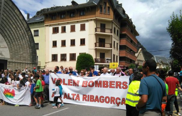 Vecinos de la Alta Ribagorça (Lleida) cortan la N-230 para pedir que se refuercen los bomberos