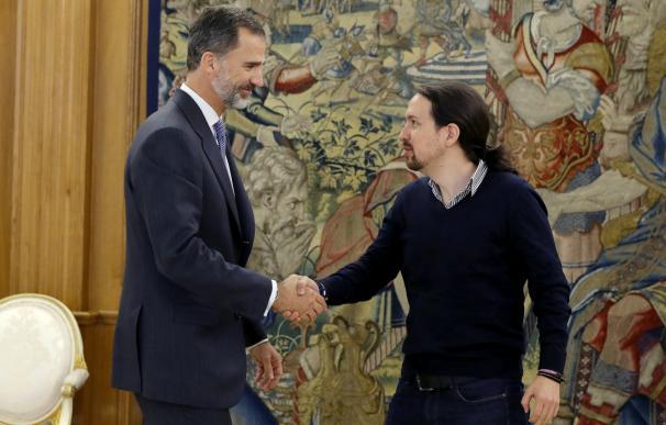 Podemos y la Monarquía: De la ambigüedad calculada y los elogios al Rey a cargar contra Felipe VI