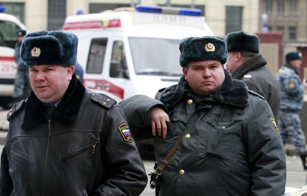 Oficiales de policía rusos patrullan las calles de Moscú