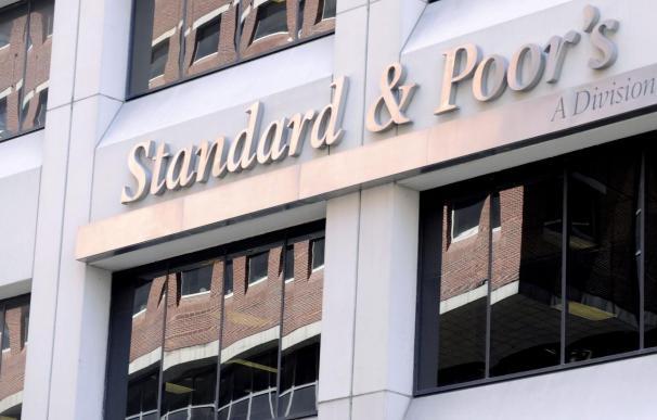 Standard and Poor's rebaja la calificación del BBVA y mantiene la de Santander