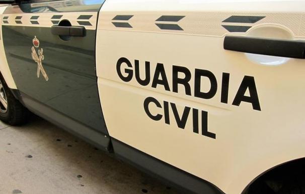 Deja 10.000 euros en el techo, arranca y llama al la Guardia Civil para recuperarlo