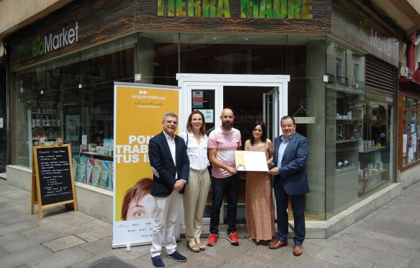 Sonia Martínez y Víctor Somovilla reciben el diploma del Emprendedor del Mes por 'Biomarket Tierra Madre'