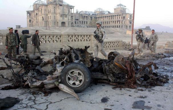 Una explosión en una base militar afgana causa 2 muertos y 18 heridos