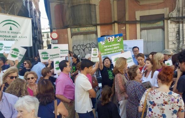 Afectados por el Impuesto de Sucesiones protestan ante Hacienda de la Junta con cacerolas y silbatos pidiendo supresión