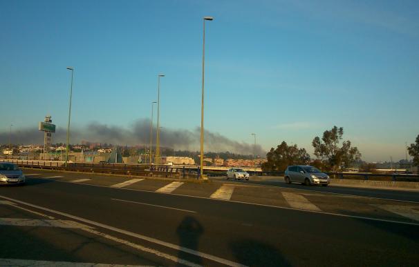 Arde un camión en la subida de la A-49 al Aljarafe sin heridos pero con una gran columna de humo