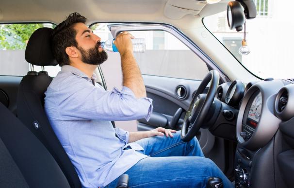 Experta aconseja a los conductores beber agua de forma regular para mantener la capacidad de reacción y concentración