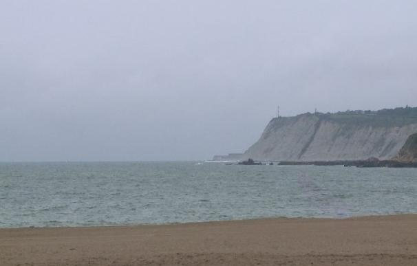 La bandera verde ondea este viernes solo en la playa vizcaína de Las Arenas, en once hay roja y en otras once amarilla