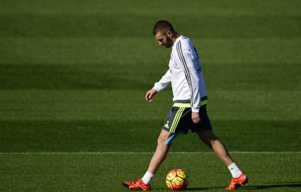 Real Madrid's French forward Karim Benzema kicks t