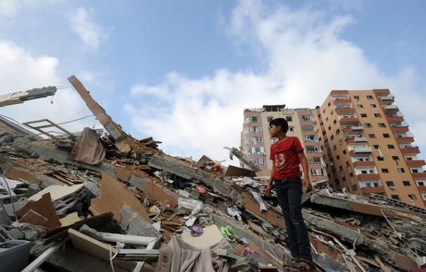 Palestinos recogen sus pertenencias de las ruinas de Gaza