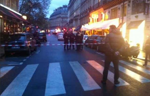 La policía francesa vigila la zona acordonada en el centro de la capital / @WilliamMolinie