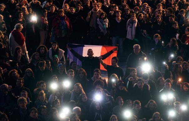 Homenaje a las víctimas de la matanza de París en la Plaza Capitol de Toulouse (AFP PHOTO/ERIC CABANIS)
