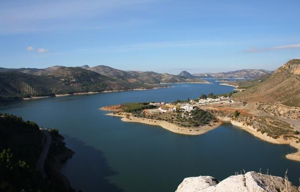 El Gobierno vuelve a culpar a la Junta de no prever el trasvase del pantano de Iznájar (Córdoba) a Málaga