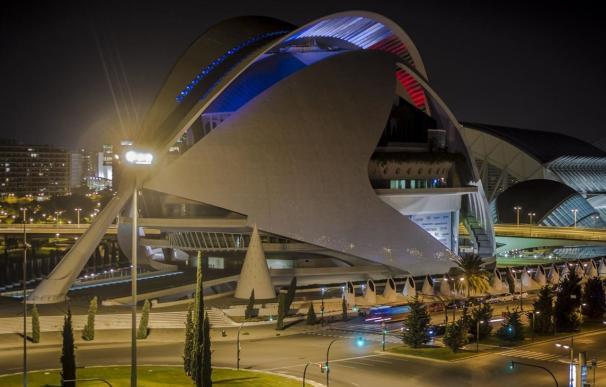 El Palau de les Arts Reina Sofía de Valencia iluminado con los colores de la bandera francesa.