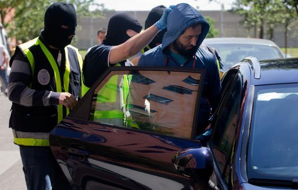 La Policía detiene a un sospechoso de pertenecer a una célula yohadista en España, en 2014 (Getty).