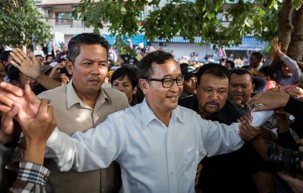 Opposition Leader Sam Rainsy Addresses Anti Government Protestors After Talks With PM