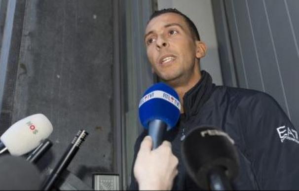 Mohamed Adeslam atiende a la prensa a su salida del calabozo