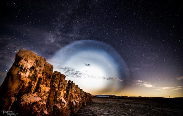 Instante en que el misil Trident explota en el aire e ilumina el cielo a su alrededor. (Porter Tinsley)