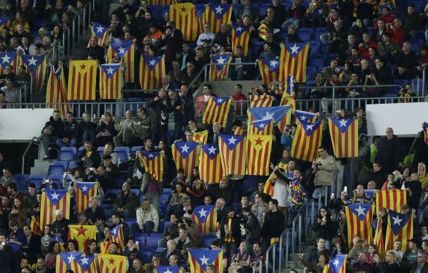 El Barcelona fue multado por la exhibición de esteladas en las gradas. / AFP