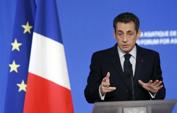 Fitch advierte que la crisis podría amenazar el 'AAA' de Francia