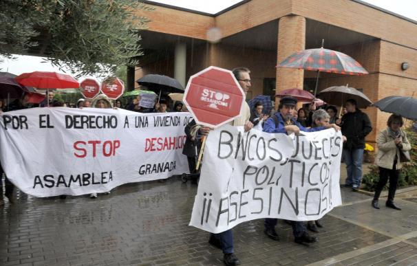 Afectados por preferentes y desahucios protestan ante el Parlamento gallego