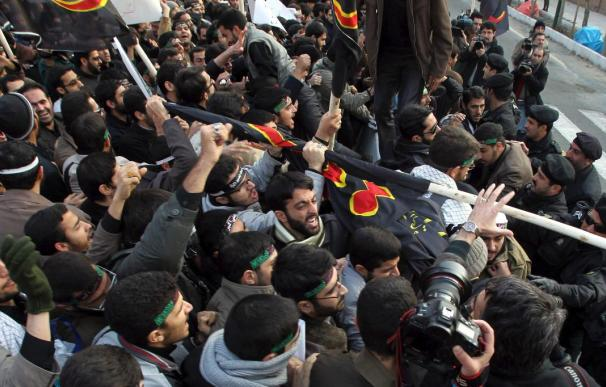 Estudiantes islámicos asaltan y saquean la Embajada británica en Teherán