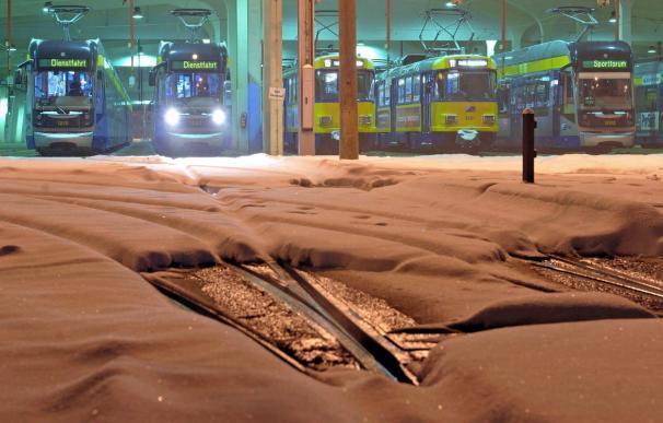La nieve obliga a suspender vuelos y causa caos de tráfico en Alemania