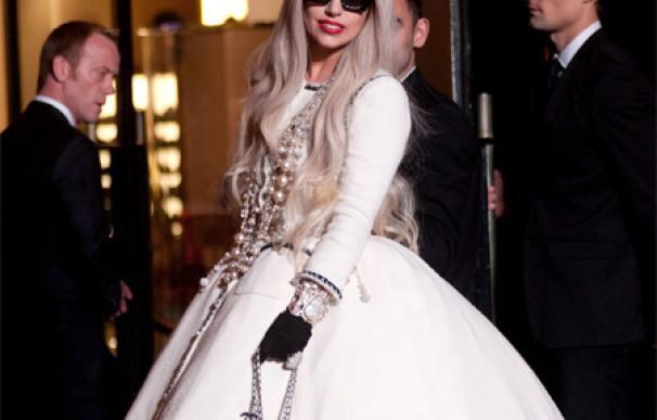 Lady Gaga se divierte en un campo de tiro