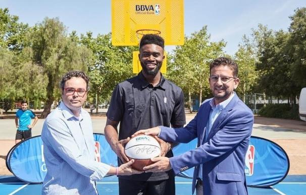 BBVA y la NBA inauguran la rehabilitación de dos canchas de baloncesto en el parque de Lepanto