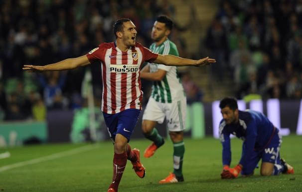 Atletico Madrid's midfielder Koke (L) celebrates a