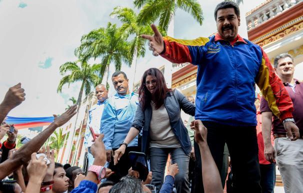 Venezuelan President Nicolas Maduro (R) and First