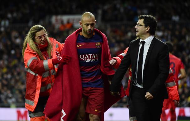 Javier Mascherano tuvo que abandonar el partido a la media hora de juego. / AFP