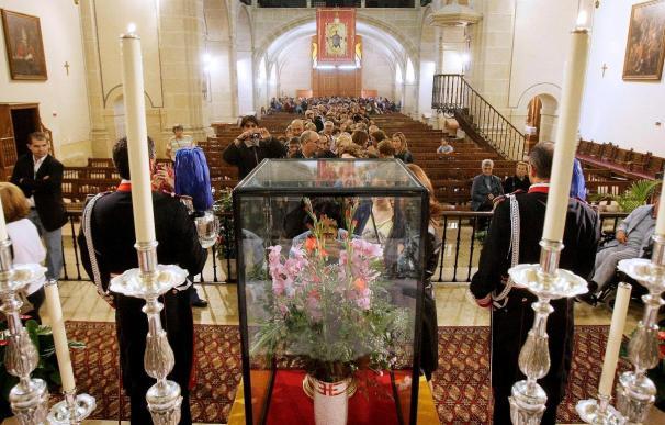 Los feligreses tocan por primera vez la reliquia de Santa Faz en una cita histórica