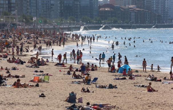 Los 'Trenes Playeros' de Renfe acercan de nuevo a los leoneses a las playas de Gijón